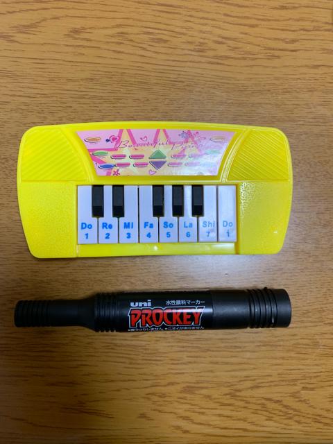 おもちゃのピアノの大きさをペンと比較
