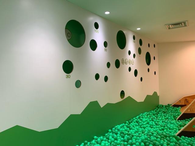 ボールを壁にあいた穴に投げて遊ぶ場所